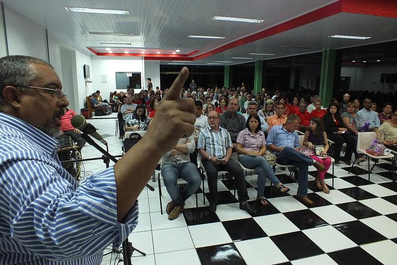Sala de Convivência do Instituto Federal Farroupilha ficou lotada para ouvir o senador Paim