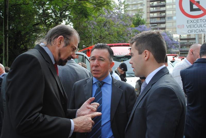 Prefeito de São Gabriel, Roque Montagner, e o secretário de Saúde do município, Daniel Ferrony, acompanharam a entrega