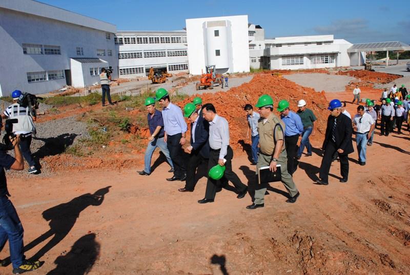 Acompanhando o governador Tarso Genro em visita às obras do Hospital Regional