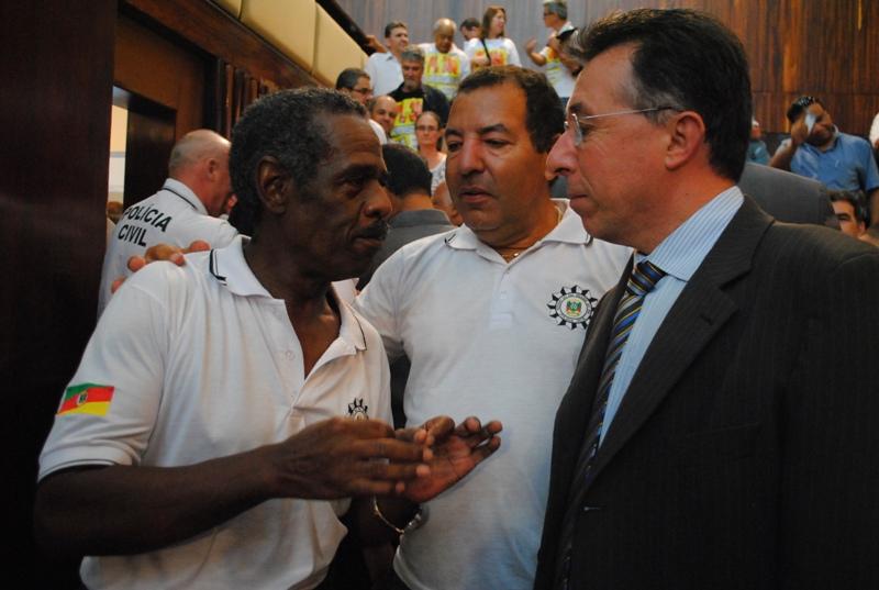 Valdeci comemora aprovação de projeto da Polícia Civil com servidores