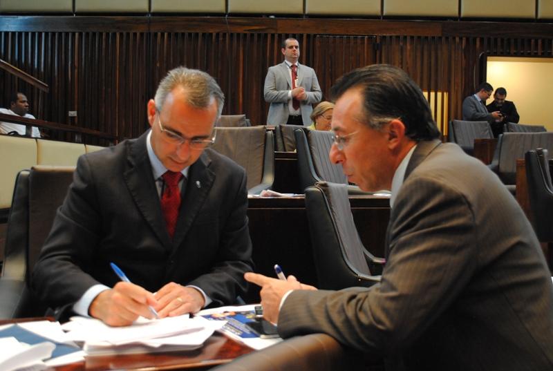 Recolhendo a assinatura do deputado Jorge Pozzobom (PSDB)