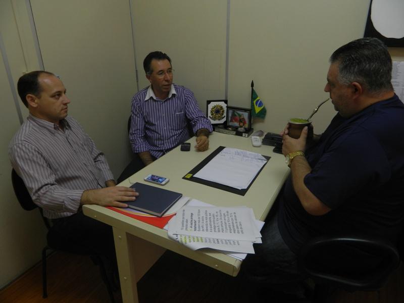 Valdeci se reuniu com parlamentares no gabinete do vereador Admar Pozzobom (PSDB).