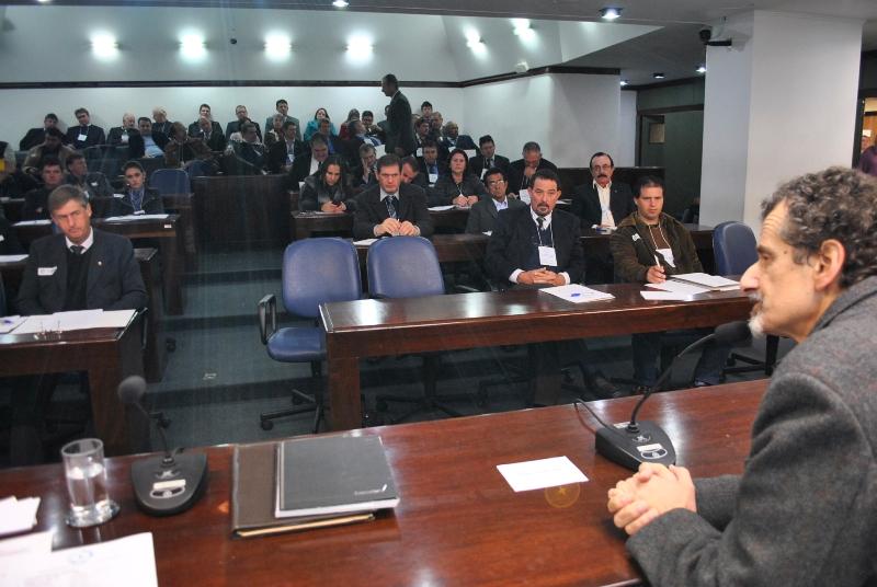 Secretário João Motta no Plenarinho da Assembleia