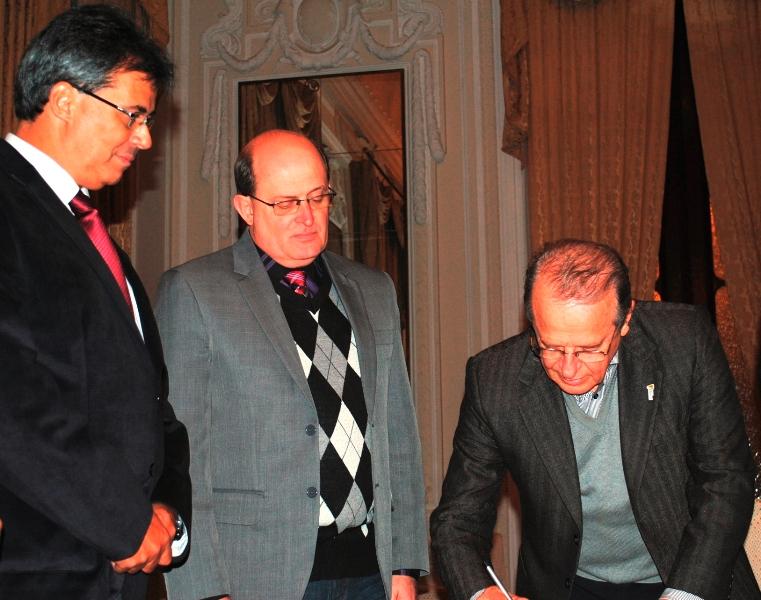Governador fez a assinatura no Palácio Piratini