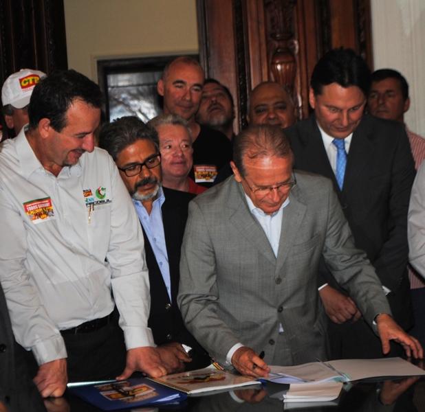 Governador Tarso assinou projeto que reajusta salário mínimo regional em 16%.