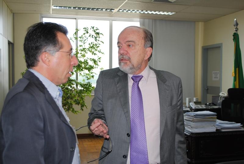 Valdeci e o secretário Airton Michels discutindo o seminário