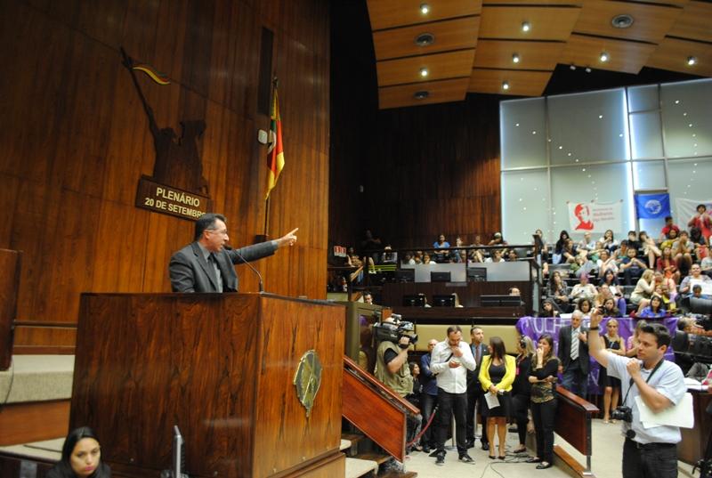 Valdeci foi a tribuna defender emenda de corte de CCs de secretarias extintas
