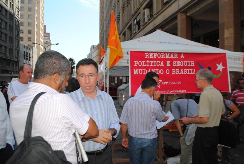 Ato público pela reforma política ocorreu na Esquina Democrática, em Porto Alegre, nesta terça
