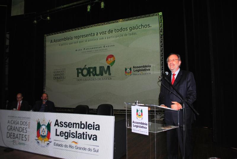 Ministro Miguel Rossetto no Teatro Dante Barone, em Porto Alegre, nesta segunda