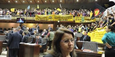 Servidores ocuparam galerias da Assembleia, na terça (18), para protestar contra governo Sartori